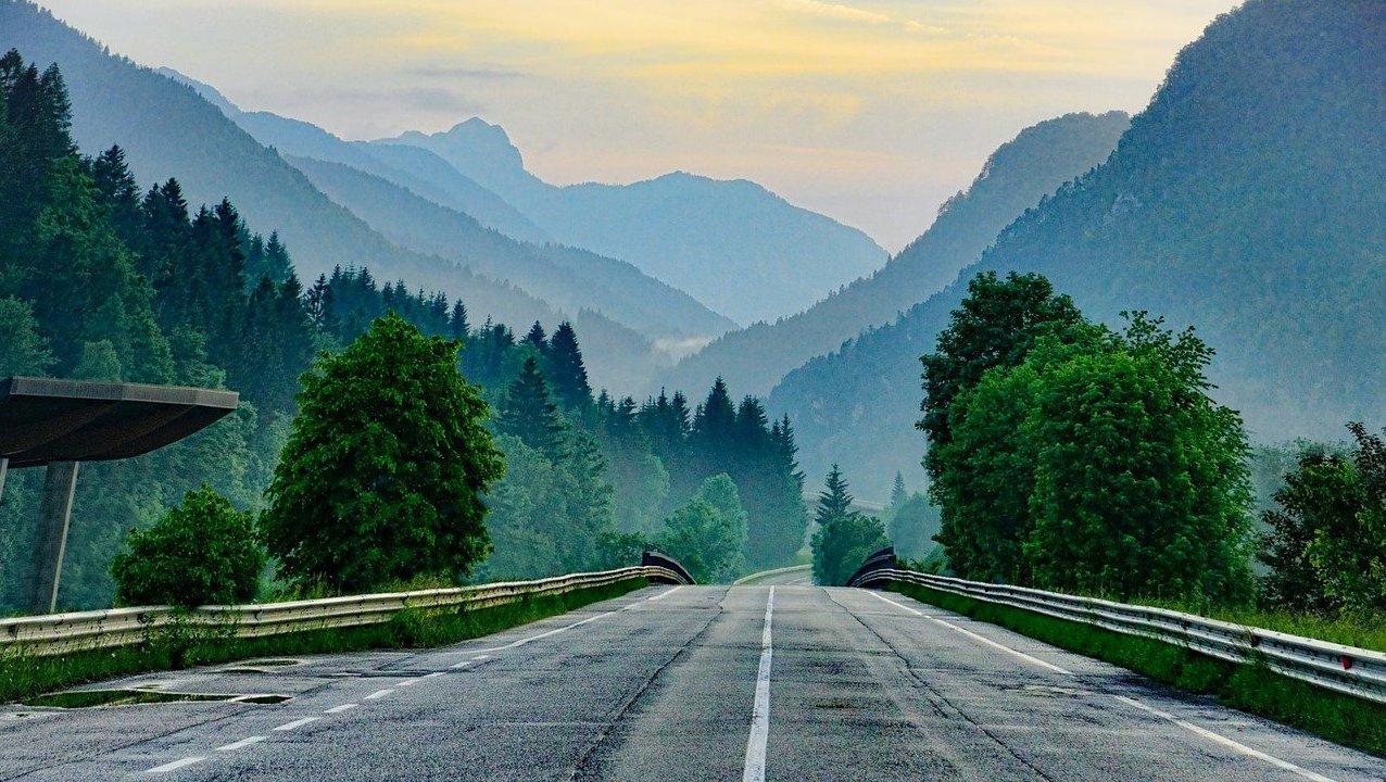 route-de-montagne-foret-coucher-de-soleil