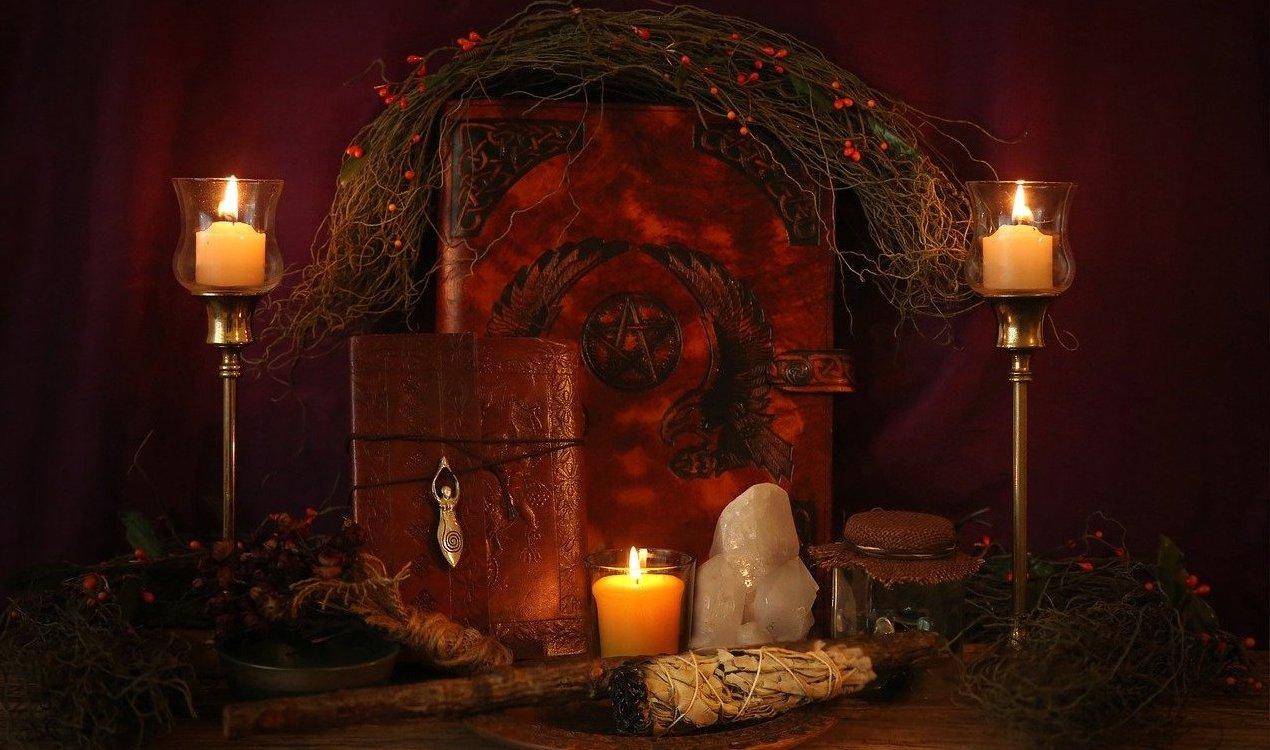 espace-rituel-magique-bougies-sauge-pierres